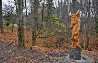 Rogāļu gravā  šoruden uzstādītas koka skulptūras